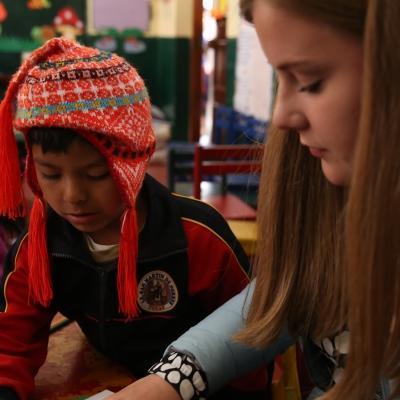 Voluntaria ayudando a un niño durante su Voluntariado Social en Perú.